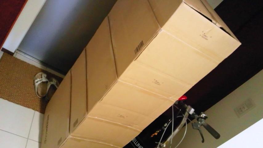 Amazonのダンボール箱。